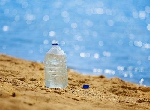 Garrafa de plástico na praia