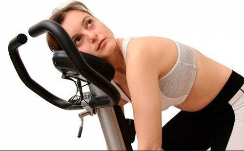 Mulher cansada e fraca por deficiencia de potássio