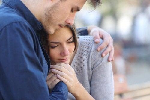 Homem abraçando moça com depressão