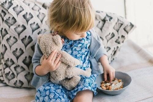 Menina dando amor ao ursinho