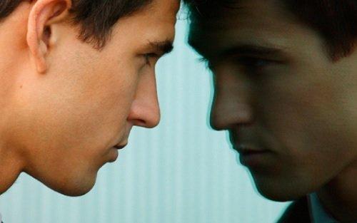 Homem se olhando no espelho e refletindo sobre a vida
