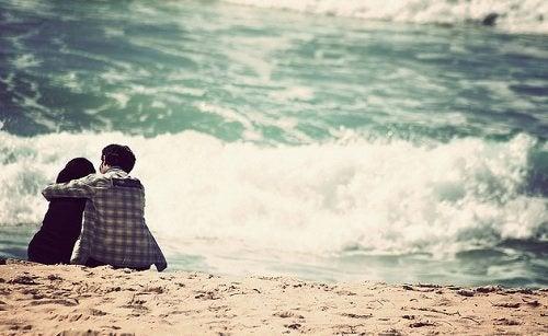 homem_abraca_cachorro_praia