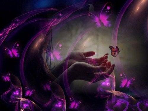 mão com borboletas