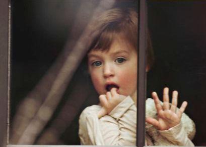 Criança na janela que deseja o amor de seus pais