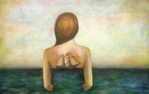 Mulher com barco passando o tempo