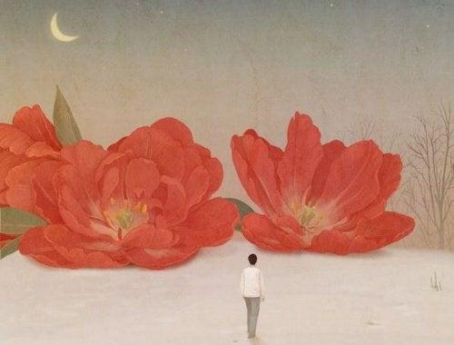 Mulher olhando para imensas flores vermelhas