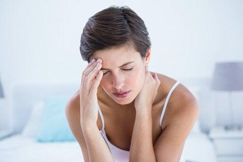 Mulher com dor de cabeça por causa do estresse visual