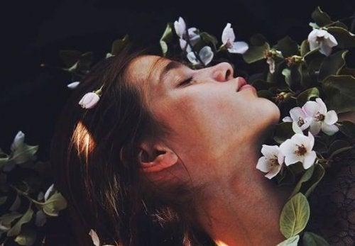 Há suspiros que encerram mais amor que qualquer beijo
