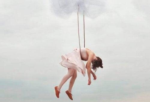 mulher-pendurada-nuvem