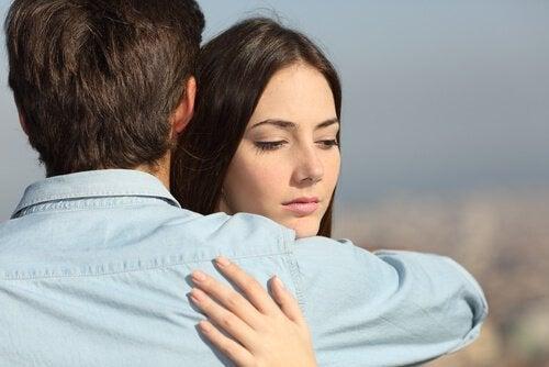 mulher_abracando_homem_infidelidade