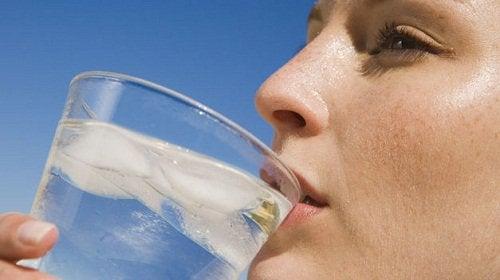 mulher_bebendo_agua_com_gelo