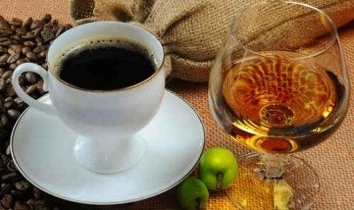 Café com taça de vinho