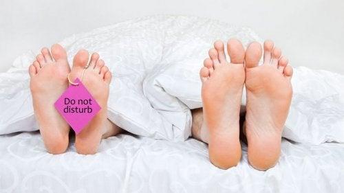 Casal que evita relações sexuais