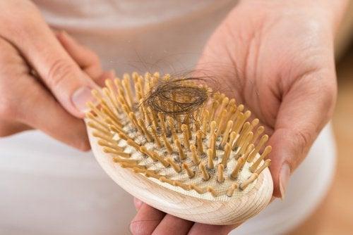 Evite a queda de cabelo e os fios brancos com o óleo de coco