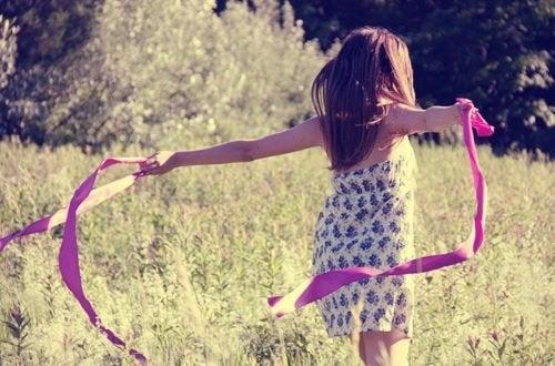 Moça desfrutando a vida em um campo