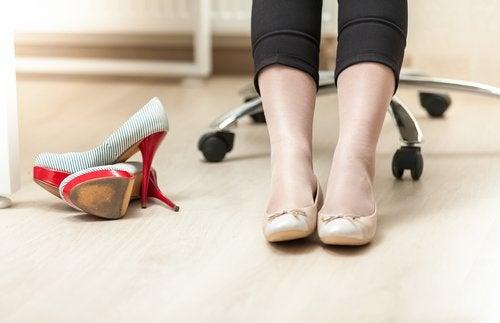 Usar sapatos adequados ajuda a tratar a dor causada pelas varizes
