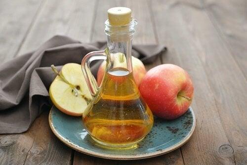 Tratamento de vinagre de maçã para branquear os dentes