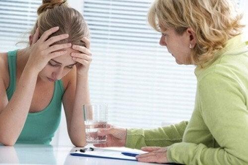 Moça com transtorno de ansiedade