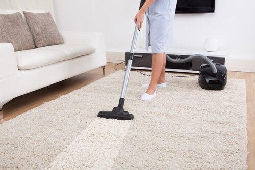Mulher limpando tapete