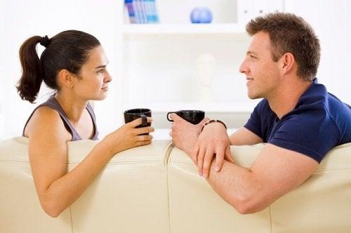 Casal tomando café e conversando sobre seu novo relacionamento