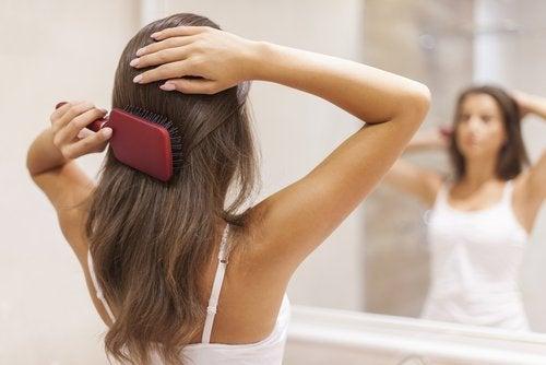 Mulher penteando um cabelo sem pontas duplas