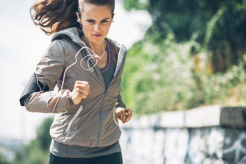 Mulher que sente motivação quando corre