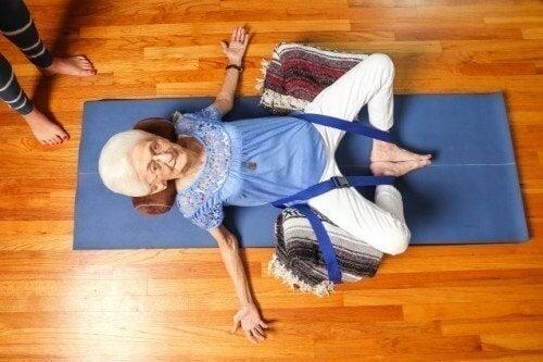Anna Pesce praticando ioga