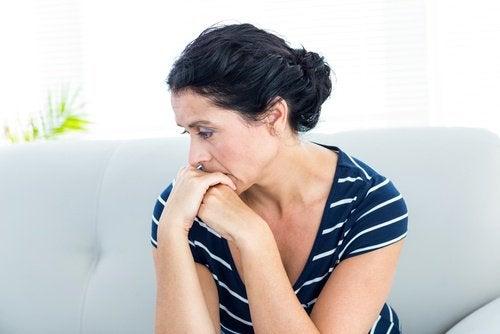 Mulher preocupada com seu sistema digestivo