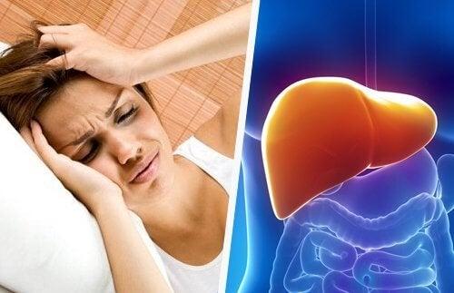 Mulher com dor de cabeça por causa de problemas no fígado