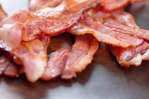 O bacon é um dos ingredientes que não devem fazer parte da sua salada