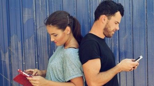 Relacionamento de casal com telefones