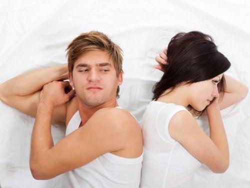 Casal de relacionamento afetado por dormir na mesma cama