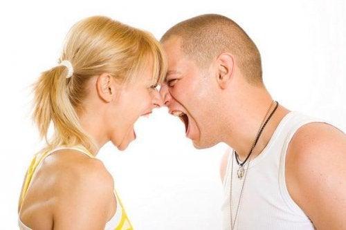 Casal com desejo de brigar