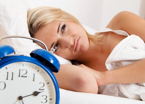 Mulher com problemas para dormir por causa de um sistema digestivo debilitado