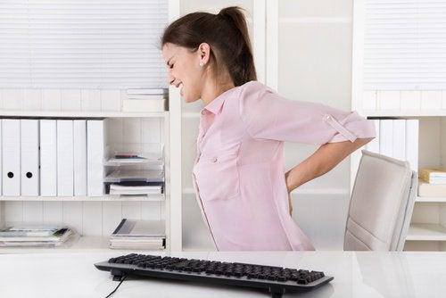 Mulher com dor na coluna vertebral