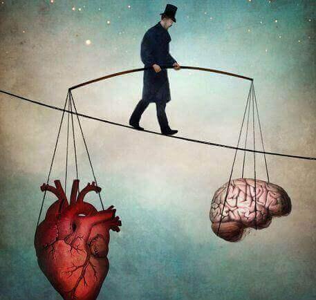 homem segurando coração e cérebro