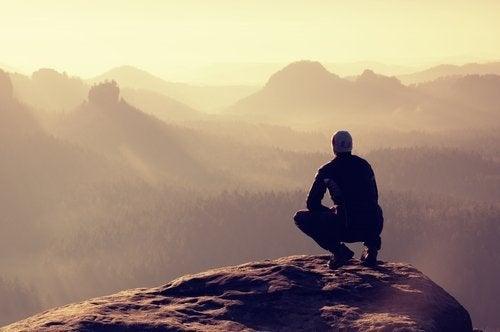 Homen tentando encontrar o equilíbrio emocional