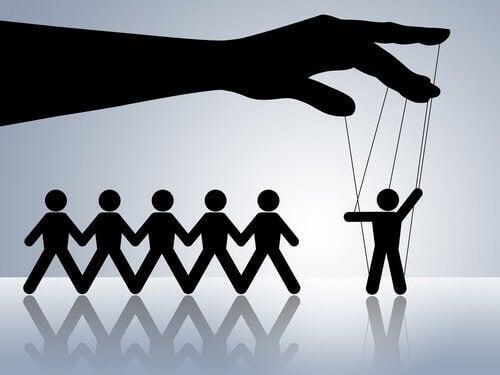 É comum que os psicopatas manipulem e dependam dos demais