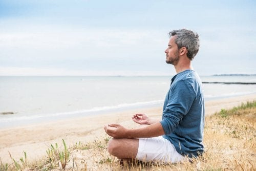 Homem fazendo meditação para melhorar seu humor