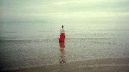 Mulher de luto no mar