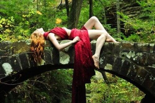 mulher-deitada-ponte-natureza