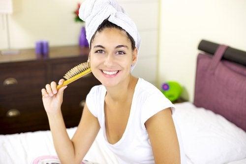mulher_cabelos_enrolados_toalha