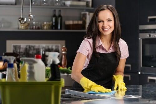 mulher-limpando-cozinha