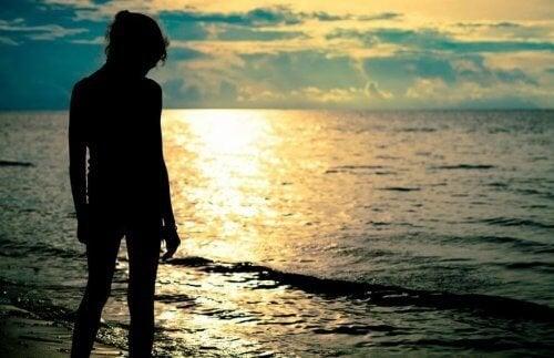 Mulher que gosta de correr no mar