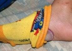 4 benefícios de dormir com uma cebola nos pés