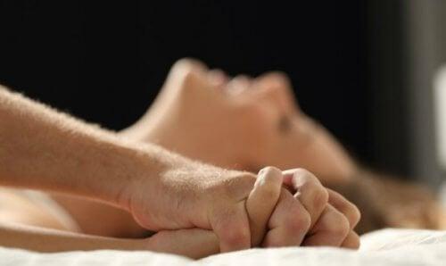 Casal com bom relacionamento e desejo sexual
