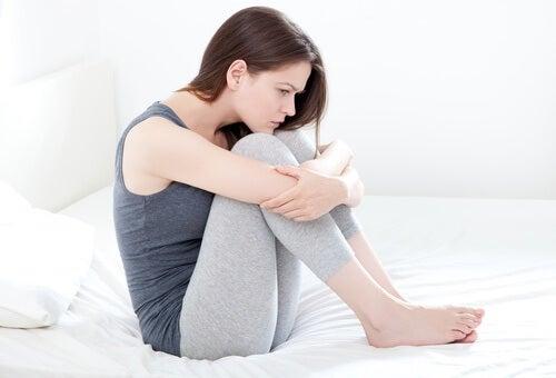 Mulher com menstruação dolorosa