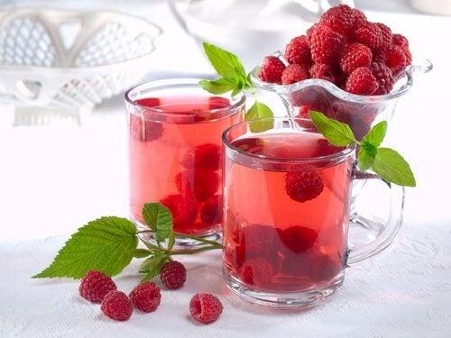 Chá de folhas de framboesa para combater a incontinência urinária