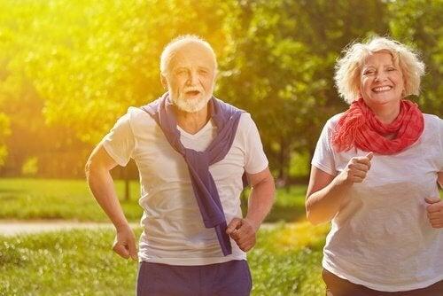 Casal com incontinência urinária correndo