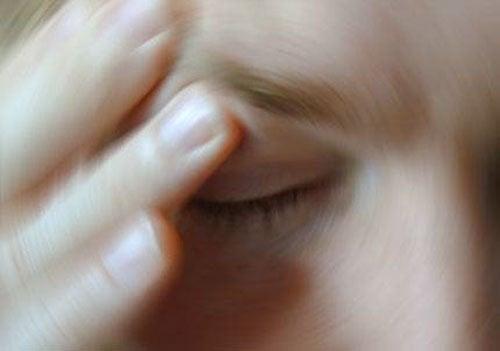 Pessoa com estresse visual fechando os olhos